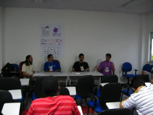 Mesa redonda sobre como contribuir com software livre