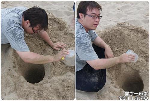 110430-在沙攤上挖洞的男人