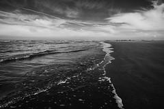 Oye-Plage (pas le matin) Tags: sea sky blackandwhite bw mer seascape texture beach water clouds sand eau waves noiretblanc sable nb ciel nuages paysage vagues plage oye ctedopale oyeplage platierdoye
