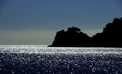 Cala Montjoi (SBA73) Tags: sea roses mer water backlight contraluz relax mar agua rocks mediterranean mediterraneo quiet catalonia calm cliffs catalunya noon costabrava aigua catalua cala rocas bulli roques contrallum catalogna counterlight elbulli katalonien catalogne empord mediterrani montjoi migdia calamontjoi estimbats 100commentgroup photographyforrecreation