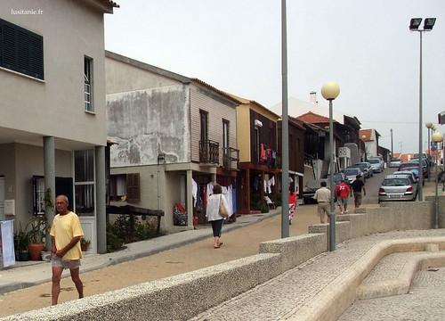 A calçada é como é qualquer sitio em Portugal: branca e linda