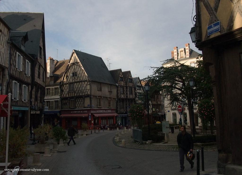 Les maisons de la place ont traversé les âges, intactes.