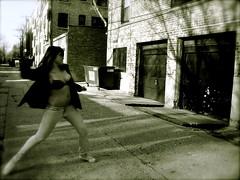 [フリー画像] [人物写真] [女性ポートレイト] [下着] [投げる/スローイング] [モノクロ写真]      [フリー素材]