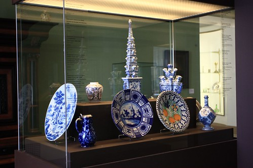 Vitrine Majolica en Delfts aardewerk