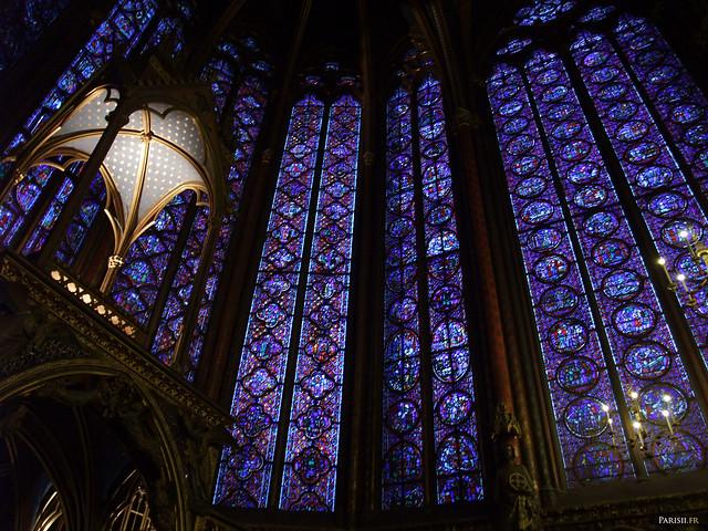L'autel, trônant fièrement au milieu des vitraux