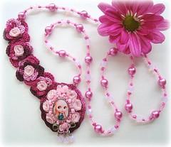 Blythe e as flores (Lidia Luz) Tags: flower necklace beads handmade embroidery crochet flor jewelry bijoux bijuteria blythe colar bijouteria croch lidialuz