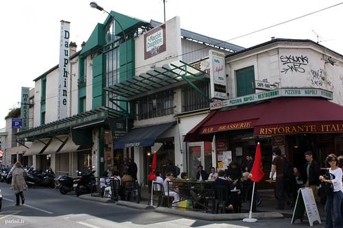 Le marché Dauphine, comme on le voit sur la photographie, est un bâtiment moderne de plusieurs niveaux