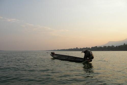173.趁黃昏抓魚的漁夫