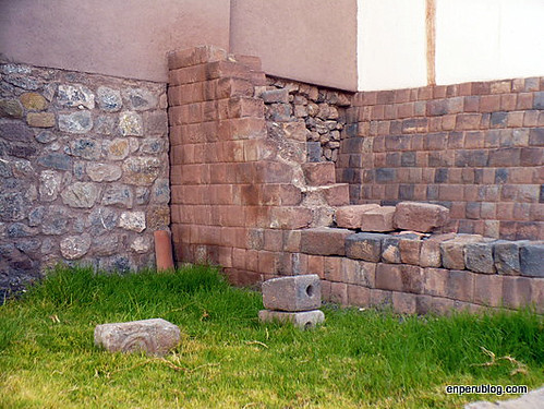 Here you see both the fine bricks that formed the wall of the cancha and the inferior Spanish wall cuts it short