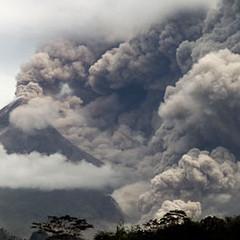 位在印尼爪哇島的默拉皮火山(Mount Merapi)噴發大量的氣雲與塵埃進入大氣中。圖片節錄自:英國衛報報導。