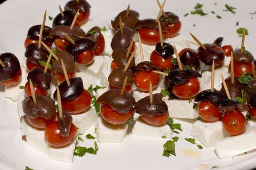 新鲜马苏里拉奶酪,圣女果和卡拉马塔橄榄