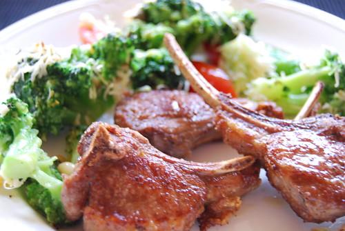 lamskarbonaadjes en brocolli uit de oven