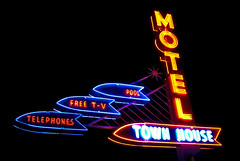 Town House (Curtis Gregory Perry) Tags: blue light red house luz pool sign night licht town washington tv neon lumire telephone motel aviso arrow longview luce muestra signe sinal  zeichen  non segno nen       teken   motell              motelli  motelis
