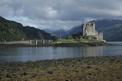 Eilean Donan (itmpa) Tags: sun slr castle canon scotland postcard sunny tourist nophotoshop eileandonan unedited 30d lochalsh dornie shortbreadtin canon30d straightfromthecamera postcardview touristm ardelvepoint tomparnell everyonesfavourite20thcenturycastle itmpa archhist