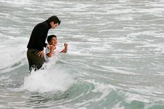 (Italo Pinto Lütjens) Tags: familia atardecer mar playa papa invierno felicidad olas recuerdos risa hijo oceano sonrrisa padreehijo laportada