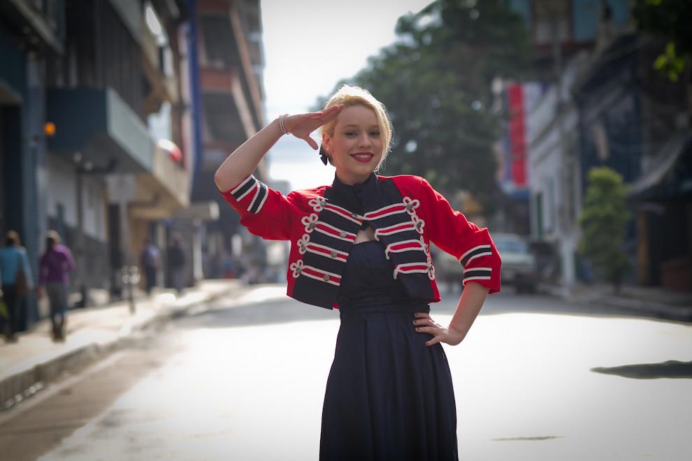 Sandra Guillén, blogger de moda, lucía una chaqueta de la diseñadora Gisselle Alarcón -Somos República- inspirada en los Próceres. (Tetsu Espósito - Asunción, Paraguay)