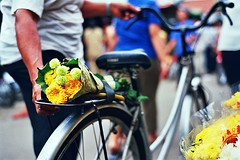 Phnom Penh : Flowers On The Bicycle (W  M Soo) Tags: travel flower asia cambodia southeastasia market nikonf100 asean fujisuperia200 nikon85mmf18d wmsoo cambodiaseries2009