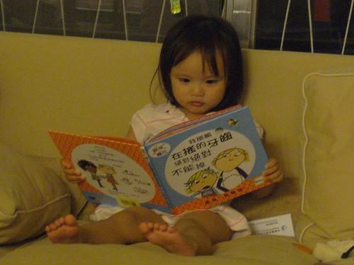 你拍攝的 5小野人看書。