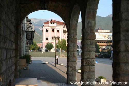 Fotografia do centro da cidade de Peje no Kosovo