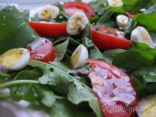 Фото салат из руколы с перепелиными яйцами