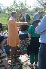 Thorhall von der Nordlandsippe zeigt den Besucher Waffen aus der Wikingerzeit - 1. Frühjahrsmarkt in Wikinger Museum Haithabu WHH 25-04-2011