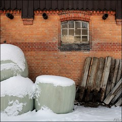 Silage und Holz / Silage & Wood (digitus_malus) Tags: wood schnee snow brick window wall geotagged fenster nikkor holz silage stable mauer backstein d300 badenwuerttemberg marbach schwaebischealb gomadingen nikoncapturenx 1685mmf3556gvr 1685vr gestuet geo:lat=48387323 geo:lon=9417668