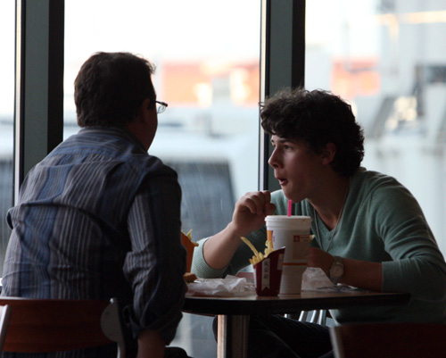 Nick Jonas Chows Down On Burger King At Nashville Airport 1/1