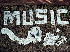 Music... (fabricio leal.) Tags: music heart contraste corao fone mp4 baralho iluminao composio folhassecas