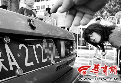 检查中发现车主利用后备厢上的橡胶带遮挡车牌