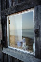 Fönster på bod i Baju fiskeläge på Gotland (Johan Lindqvist Fotografi) Tags: ocean morning windows sea reflection window water geotagged se nikon sweden schweden sverige gotland baju vatten havet hav morgon fönster anga johanlindqvist spegling d700 fnster fiskelägen bajufiskeläge bajufiskelge fiskelgen
