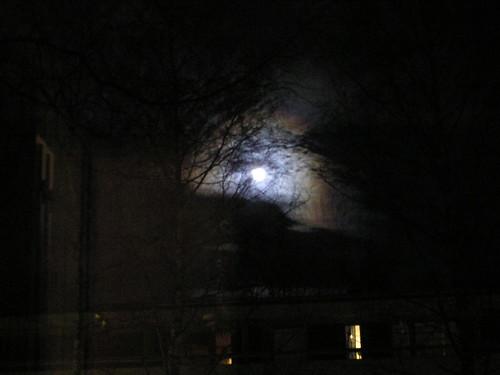 Kuu kattojen yllä