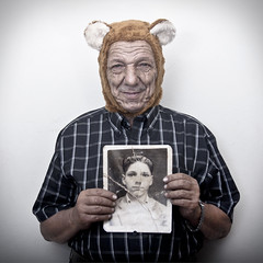 Padre (Sara Maria Rodriguez) Tags: bear portrait strange daddy oso dad retrato father flash picture pap deutschetelekom cotcmostfavorited invitedby
