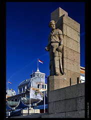 Standing soldier... at Scheveningen Kurhaus! (B'Rob) Tags: city travel blue light sunset sea orange cloud streetart holland art tourism beach water netherlands azul architecture clouds strand soldier photography lights pier mar photo yahoo google arquitectura sand nikon flickr paradise waves scheveningen seagull den picture nederland thenetherlands playa denhaag tourist best explore most cielo holanda haag kurhaus estatua paraiso thehague soldado mejor d300 18200mm brob explored brobphoto