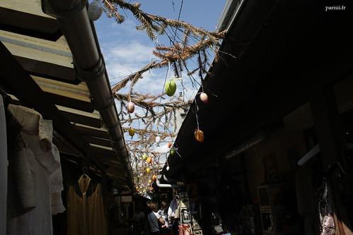 Cest Pâques, et certains commerçants ont décoré leur rue avec des oeufs :D