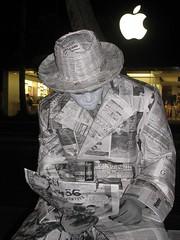 Zeitung tifft Apfel (ogressie) Tags: hawaii waikikibeach oaho