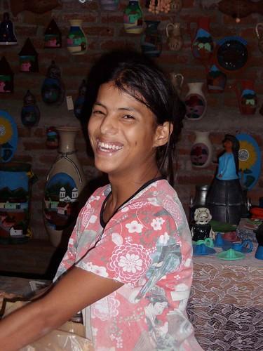 Muchacha bonita en la Asociación de Cerámica; Mosote, Nueva Segovia, Nicaragua