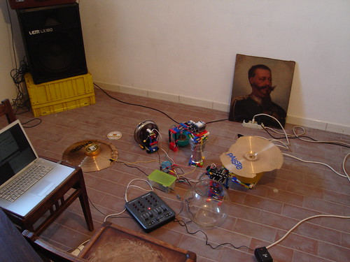 Setup completo di Rumentarium. Super Collider controlla Arduino, che a sua volta controlla gli strumenti.