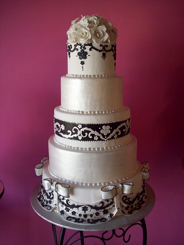 elegant black and white wedding por Caryn's Cakes.