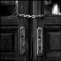 S/T (Javier Jq) Tags: puerta nikon d70 cadena bwdreams