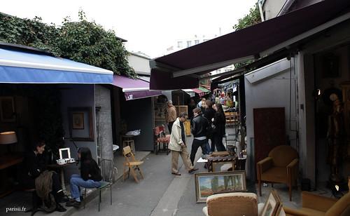 Les vendeurs boivent tranquillement leur thé ou leur café, ou mangent carrément sur une table, ne pouvant quitter des yeux leur stand ou boutique