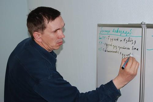 Serghei din Krasnoiarsk preda la tablă studiu inductiv