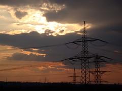 DSC00260 (El-tra) Tags: park sky sun industry clouds industrial himmel wolken powerpole sonne industrie backlighting gegenlicht electricaltower hochspannungsleitung strommast powertransmissionline