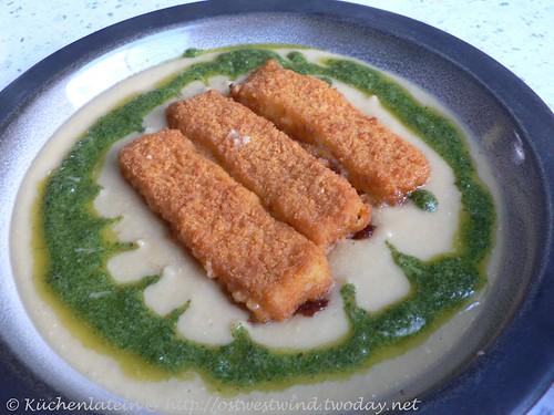 Kichererbsensuppe mit Rosmarinpesto und Fischstäbchen