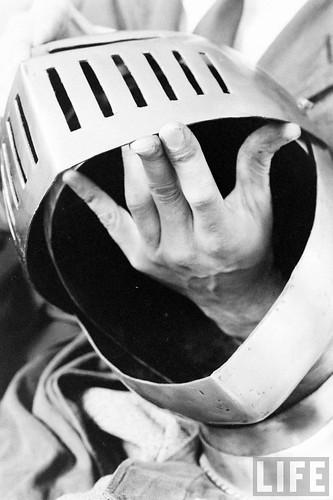 Fábrica de espadas, damasquinado y armaduras de Toledo en 1965. Fotografía de Carlo Bavagnoli. Revista Life (27)