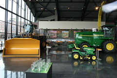 09APR05_155 (emzepe) Tags: usa america john us illinois il showroom pavilion amerika deere agricultural the moline killts gp gpek csarnok mezgazdasgi bemutatterem killtcsarnok gpgyr