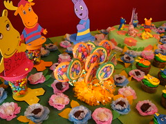 Flickr 011 (CONFETTI paperie) Tags: backyardigansparty backyardiganscake backyardiganscupcake backyardigansfavors
