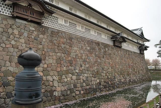 El foso del Castillo de Kanazawa repleto de sakura
