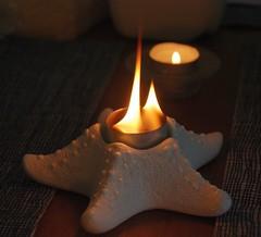 Teelichter in zwei Flammenstärken