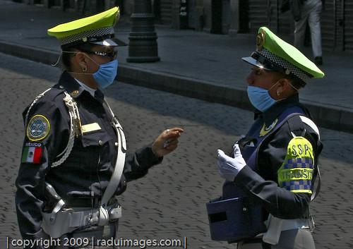 Policías con Cubre Bocas