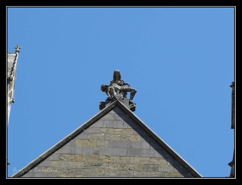 """Bayona. """"Piedad"""" en el tímpano de la fachada principal de la Catedral"""
